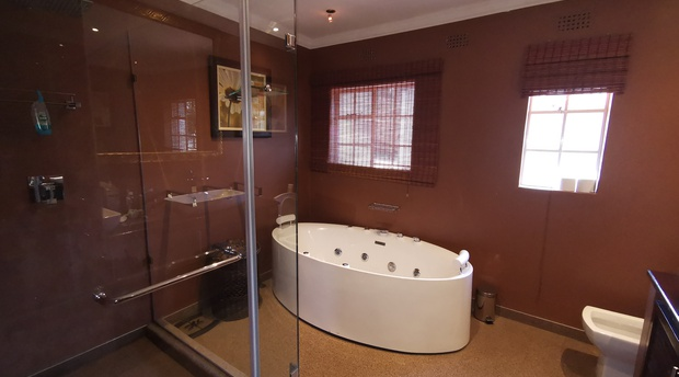 Couples Getaway Gauteng  with a Jacuzzi Bath
